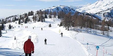 无需预约【十三陵·雪世界滑雪场】39/49/129元享门市价260/280/300元平日/周末/法定节假日全天滑雪套票,10W㎡造雪面积,2条中、高级雪道+3条380米国际标准滑道+1条380米单板滑道,3000+副世界著名品牌雪具......一年一度的滑雪季已经到来,崭新的雪道等你来挑战花式滑雪,快来雪世界感受滑雪的无穷魅力吧~