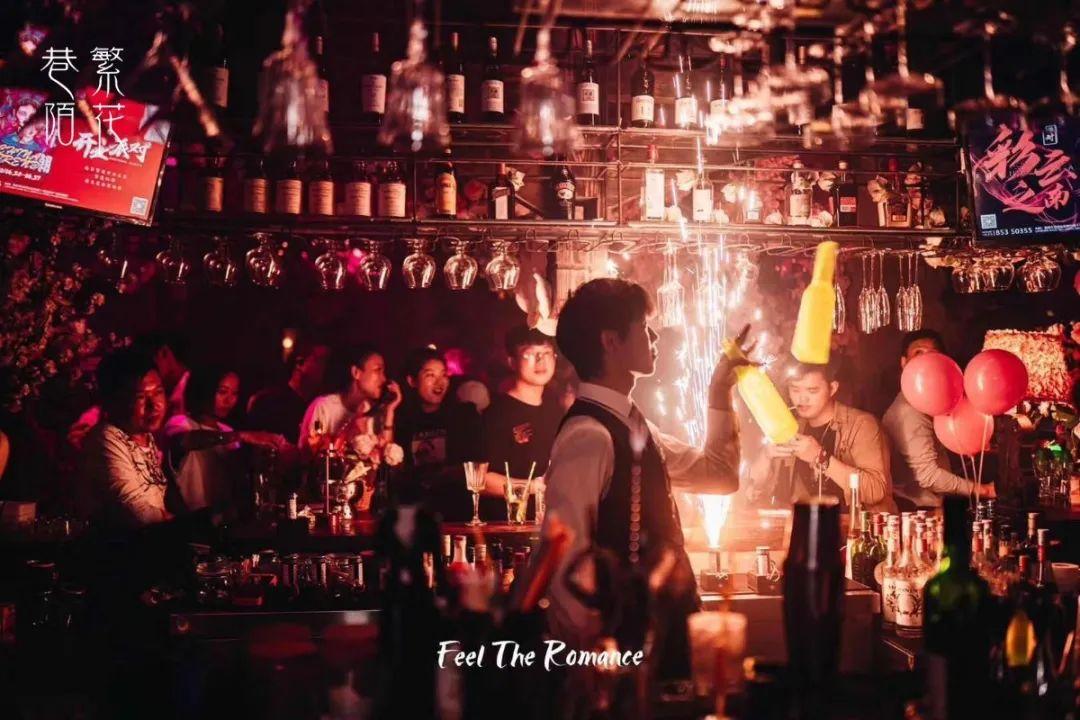 """【凯瑟琳广场】【巷陌繁花酒吧】【无需预约】开业有礼,好""""酒不见"""",繁花与你相约每个夜晚!9.9元嗨翻全场:青岛或同品类啤酒12瓶+坚果一份+四宫格果盘一份/莫吉托或长岛冰茶一扎(3L)+坚果两份+四宫格果盘一份 !不管你是今晚来还是明晚来,我们都在这里等你来放肆嗨!!!"""