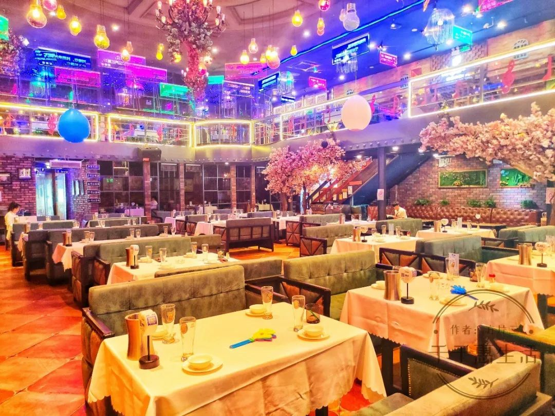 【汽车厂|炙青春音乐餐厅|假日通用】49.9元抢门市价216元超值烧烤海鲜四人餐,环境优雅、外国歌手驻唱,来一场充满音乐的烧烤聚会吧~